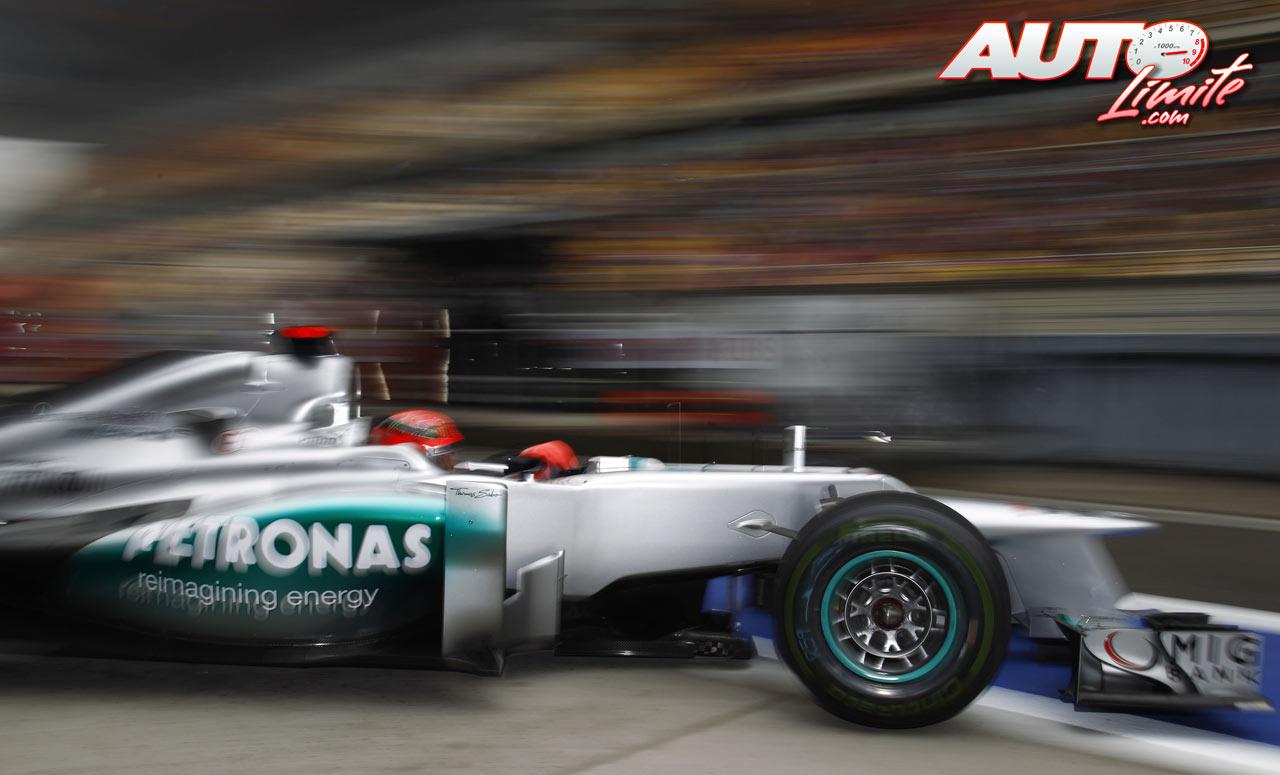 Michael Schumacher en el Gran Premio de China de 2012. El piloto de Mercedes tuvo que abandonar la carrera tras realizar la primera parada para cambiar neumáticos. Schumacher volvió a la pista con una rueda que no llevaba apretada la tuerca de fijación.