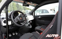 En el interior de los Abarth 500 se han colocado barras antivuelco y cinturones de seguridad de arnés con cuatro puntos.