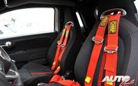 Los asientos de tipo bacquet llevan cinturones de arnés de cuatro puntos en los Abarth 500 del Rally Center
