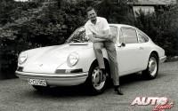 Ferdinand Alexander Porsche posa en 1963 junto al Porsche Typ 901 (T8) que él mismo había diseñado. Posteriormente, el nombre definitivo pasó a ser Porsche 911.