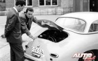 Ferry Porsche (a la izquierda) junto a su hijo mayor, Ferdinand Alexander, en la parte trasera de un Porsche 356 A con techo duro de 1958.