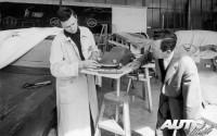 Ferry Porsche (a la derecha) junto a su hijo, Ferdinand Alexander, en el estudio de diseño de Porsche en 1959.