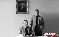 Ferdinand Alexander Porsche (a la derecha) en el despacho de su padre, Ferry Porsche, en 1960. En el cuadro de la pared, un dibujo del fundador de la marca, su abuelo Ferdinand Porsche.