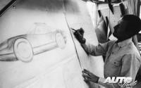 Ferdinand Alexander Porsche trabajando en el diseño del Porsche 904 Carrera GTS en 1963.
