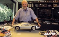 Ferdinand Alexander Porsche con una maqueta del Porsche 904 en su estudio de diseño de Zem all See en 2004.