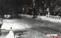 Antonio Zanini entrando de lado en el Col de Turini en el Rallye de Montecarlo de 1977.