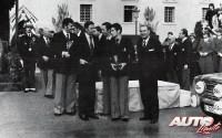 Antonio Zanini recogiendo el trofeo de tercer clasificado en el Rallye de Montecarlo de 1977. Detrás de Zanini está su copiloto, Petisco, a derecha Fernando Falcó y a su izquierda José Juan Pérez de Vargas (Jefe del equipo SEAT Competición).