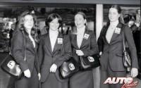 La expedición del Pub Seis Peniques estuvo muy bien acompañada. Nuria Llopis y Paloma Landete (las dos azafatas centrales) también sabían lo que era vivir los rallyes desde dentro y consiguieron grandes éxitos en el Campeonato de España Femenino.
