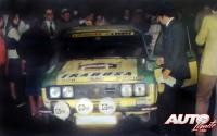 """Parte de los equipos españoles que partieron desde Almería hacia Montecarlo 77 hicieron una parada """"técnica"""" en el madrileño Pub Seis Peniques. A la izquierda (con corbata), junto al coche de Rottier, se encuentra el Abuelete del M3 con 35 años (cuando aún no era """"abuelete"""" :-)"""