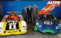De izquierda a derecha: Pierre Fillon (Presidente del ACO), Carlos Tavares (Renault) y Bernard Ollivier (Alpine-Caterham) junto al Alpine-Renault A442 y el Alpine-Renault A220.