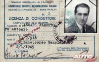 Esta es la licencia de piloto de Alberto Ascari para la temporada de 1949, solo unos años antes de que se proclamara Campeón del Mundo de Fórmula 1 en 1952 y 1953. Incluso en las fotos tenía cara de velocidad.