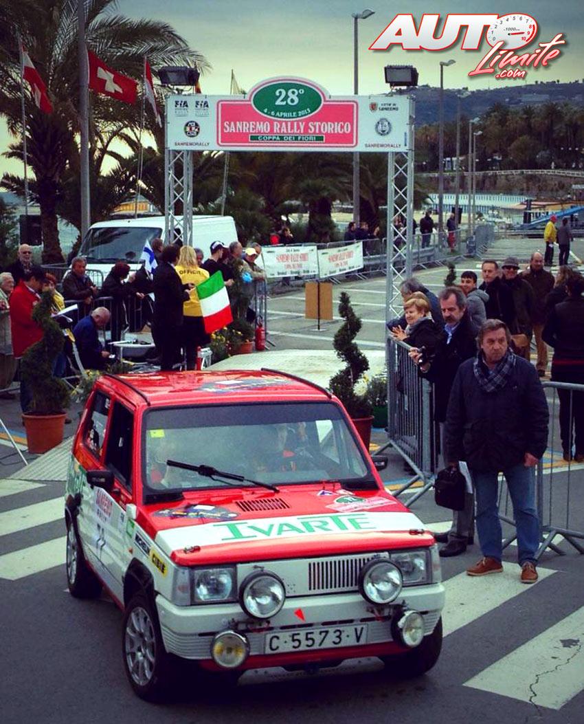 Joaquín Domenech y Antonio Boto tomando la salida con su Seat Panda 40 en el Rally Sanremo Histórico de 2013.