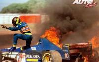 Cuando la cosa se pone caliente... mejor salir corriendo. Esto es lo que le pasó a Pedro Diniz cuando su Ligier JS43-Mugen Honda 3.0 V10 se convirtió en una bola de fuego durante el GP de Argentina de 1996, disputado en el Autódromo Oscar Alfredo Gálvez de Buenos Aires.