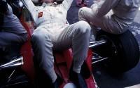 Tumbado sobre la liviana carrocería de su Lotus 49B-Ford V8, Jochen Rindt parece conversar relajadamente con Jackie Stewart (sentado en la rueda del monoplaza) durante algún momento de descanso en el Gran Premio de México de 1969.