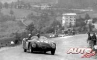 Tazio Nuvolari al volante de un Cisitalia 202 Spider durante las Mille Miglia de 1947.