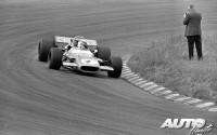 """Este fotógrafo a pie de pista, a escaso metro y medio del asfalto de Zandvoort, deja constancia de que determinados aspectos sobre la seguridad ni se contemplaban en """"los arriesgados años 70"""". Lo que no está muy claro es si estaba """"cazando gamusinos"""" o atento al paso de Jackie Stewart sobre su Matra MS80-Ford Cosworth DFV8, ganador del Gran Premio de Holanda de 1969."""