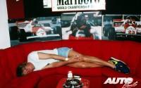 Un cigarrillo y una cervecita pueden ser los elementos definitivos para echarse una buena siesta. Y eso es precisamente lo que hizo James Hunt antes del Gran Premio de España de 1981. En aquella temporada, el ex-campeón del mundo de Fórmula 1 se encontraba en el Circuito del Jarama como comentarista de la cadena británica BBC TV en la retransmisión de las carreras.