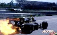 """Durante la era """"turbo"""" de la Fórmula 1 era muy habitual ver a los monoplazas echando estelas de fuego cuando sufrían una avería en el motor. Aquí podemos ver a Ayrton Senna tras romperse el propulsor Renault EF15B 1.5 V6 Turbo de su Lotus 98T, durante los entrenamientos libres del GP de Brasil de 1986, disputado en el circuito de Jacarepaguá."""