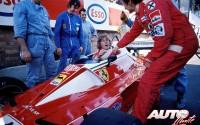 Durante el Gran Premio de Mónaco de 1976, James Hunt debió entender que el Ferrari 312 T2 de su rival Niki Lauda debía ser el mejor coche para ganar la carrera, aunque el piloto austriaco estuvo bien al quite para que el británico se bajara de su monoplaza.