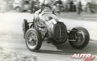 Desconocemos el nombre de este piloto y del coche que conduce, pero tenemos claro que debía ser muy bueno porque va más que sobrado. En contravolante, acelerando y fumándose un cigarrito para calmar tensiones.