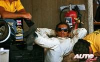 """Cuando uno quiere descansar, parece que una caja de herramientas y unos sacos de cemento pueden ser suficientes para configurar una confortable """"cama"""". Y si no que se lo pregunten a Jacky Ickx durante el GP de Austria de 1974, disputado en el circuito de Osterreichring."""