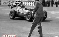 En el Gran Premio de Gran Bretaña de 1958, disputado en el circuito de Silverstone, el encargado de bajar la bandera de cuadros se acercó tanto al Ferrari Dino 246 V6 del ganador, Peter Collins, que el monoplaza parece apartarse para que no le den con la bandera.