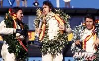 Durante el podio del Gran Premio de España de 1970, disputado en el Circuito del Jarama, una de dos, o no llegó el champán o los pilotos prefirieron brindar con unos refrescos. La carrera la ganó Jackie Stewart (en el centro), seguido por Bruce McLaren (a la izquierda) y Mario Andretti (a la derecha).