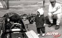 Durante el Gran Premio de Alemania de 1967 se tomaba esta fotografía familiar de Graham Hill en el circuito de Nürburgring. Al volante de su monoplaza estaba sentado el pequeño Damon Hill, que con 7 años no podía todavía ni imaginar que, 29 años después, también él se proclamaría Campeón del Mundo de Fórmula 1, como su padre Graham.