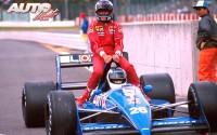 """Al finalizar el Gran Premio de Japón de 1988, disputado en el circuito de Suzuka, Gerhard Berger (Ferrari F187) regresó a boxes montado """"a lomos"""" del Ligier JS31-Judd 3.5 V8 de Stefan Johansson."""