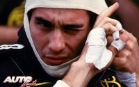 Antes de que se impusieran los cambios automáticos en los Fórmula 1, con las levas de selección de marchas en el volante, los pilotos estaban obligados a mover la palanca de cambios hasta 3.700 veces en una carrera, lo que les ocasionaba heridas en algunas ocasiones. Este es el motivo por el cual, pilotos como Ayrton Senna, se protegían las manos con diferentes vendajes que les ayudaban a evitar dichas heridas. En esta instantánea, el piloto brasileño se prepara para meterse al volante del Lotus 98T con el que corrió en 1986.