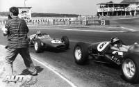 Este fotógrafo debía ser también reportero de guerra y, acostumbrado a estar junto a la acción, no pudo colocarse más cerca de la pista para retratar a los Lotus 21 de Jim Clark (nº 8) y Robert Innes Ireland (nº 6) durante el GP de Francia de 1961, disputado en el circuito de Reims-Gueux. En las carreras actuales sería impensable situarse tan cerca de la pista.