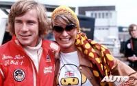 """Es conocido por todos que James Hunt, además de un gran piloto, fue un tipo juerguista, vividor y mujeriego. Por si alguien no lo tenía claro, nada mejor como ponerse en el mono de carreras un bordado que ponía """"SEX, Breakfast of Champions"""" (""""Sexo, desayuno de los campeones"""")."""