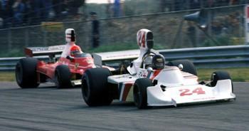 James Hunt (Hesketh-Ford 308 B) aguantó la presión de Niki Lauda (Ferrari 312 T) durante las últimas vueltas del GP de Holanda de 1975, obteniendo así sobre el circuito de Zandvoort su primera victoria en Fórmula 1.