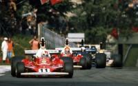 Clay Regazzoni (Ferrari 312 T) perseguido por Niki Lauda (Ferrari), Jody Scheckter (Tyrrell-Ford) y Harald Ertl (Hesketh-Ford) en el circuito de Monza, durante el GP de Italia de 1975.