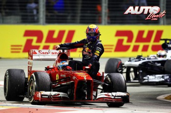 El motor Renault del Red Bull RB9 de Mark Webber se rompió en la última vuelta del GP de Singapur 2013 y el piloto australiano volvió a su box subido sobre el Ferrari F138 de Fernando Alonso, operación que les costaba una amonestación a ambos pilotos.