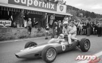 """Al finalizar el Gran Premio de Bélgica de 1964, disputado en el circuito de Spa-Francorchamps, Phil Hill y Bob Anderson se empeñaron en saber si el BRM P57 V8 de Giancarlo Baghetti era un monoplaza capaz de llevar hasta tres personas. Para comprobarlo, estamos convencidos de que debieron poner mucho de """"sus partes""""."""