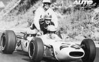 """Durante el GP de Francia de 1965, disputado en el circuito de Clermont Ferrand, Richi Ginther convirtió su Honda RA272 en un """"triplaza"""" al subir a Inees Ireland y Jo Bonnier, que habían abandonado a lo largo de la carrera."""
