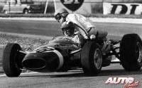 """Jo Siffert recogió a su compañero de equipo, Guy Ligier, durante los entrenamientos del Gran Premio de Francia de 1966, disputado en el circuito de Reims. No es que Siffert recurriera a Ligier para hacer contrapeso en las curvas, como si fuera en un """"sidecar"""", simplemente que el Cooper T81-Maserati 3.0 V12 del piloto francés se había quedado parado en pista."""