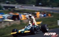 """Jackie Stewart a """"lomos"""" del Brabham-Ford BT26A de Derek Bell, tras abandonar en el Gran Premio de Bélgica de 1970, disputado en el circuito de Spa-Francorchamps."""