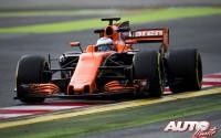 Fernando Alonso, al volante del McLaren-Honda MCL32, durante los entrenamientos de pretemporada disputados en el Circuito de Montmeló.
