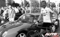 Walter Röhrl junto al Porsche 959 en 1986.