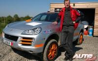 Walter Röhrl junto al Porsche Cayenne S Transsyberia de 2007.