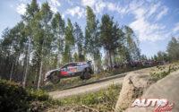 Andreas Mikkelsen, al volante del Hyundai i20 Coupé WRC, durante el Rally de Finlandia 2018, puntuable para el Campeonato del Mundo de Rallies WRC.