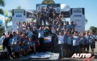 Thierry Neuville y Nicolas Gilsoul, junto a todo el equipo Hyundai Motorsport WRT, celebrando la victoria en el Rally de Argentina 2019, puntuable para el Campeonato del Mundo de Rallies WRC.