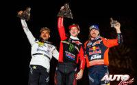 Podio de ganadores del Rally Dakar 2020 en la categoría de motos. De izquieda a derecha: Pablo Quintanilla (Husqvarna), el ganador Ricky Brabec (Honda) y Toby Price (KTM).