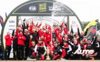 El equipo Toyota Gazoo Racing WRT celebrando la victoria de Ott Tänak en el Rally de Gran Bretaña / Gales 2019, puntuable para el Campeonato del Mundo de Rallies WRC.