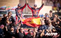 Carlos Sainz y Lucas Cruz, celebrando la victoria en el Rally Dakar 2020 con el MINI John Cooper Works Buggy.
