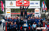 Thierry Neuville y Nicolas Gilsoul, celebrando su victoria con el Hyundai i20 Coupé WRC en el podio del Rally de Montecarlo 2020, puntuable para el Campeonato del Mundo de Rallies WRC.