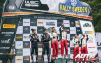 Podio del Rally de Suecia 2020, puntuable para el Campeonato del Mundo de Rallies WRC 2020. De izquierda a derecha: Martin Järveoja y Ott Tänak (Hyundai), Scott Martin con Elfyn Evans (Toyota) y Kalle Rovanperä junto a Jonne Halttunen (Toyota).