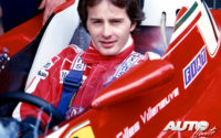 Gilles Villeneuve está considerado como uno de los mejores pilotos de la historia de la Fórmula 1, a pesar de no llegar a coronarse como campeón en la máxima categoría. El piloto canadiense buscaba el límite en cada curva, con una espectacular forma de pilotar que encumbró su figura entre los aficionados de todo el mundo.